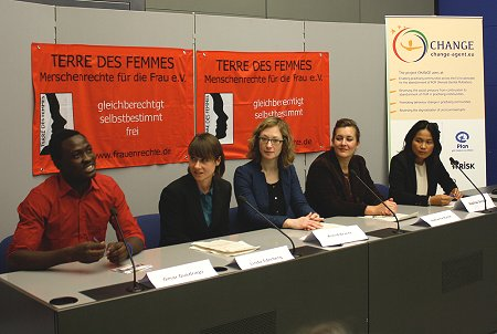 from left to right: Omar Ouédraogo (Change Agent, Plan), Linda Ederberg (Project Coordinator, CHANGE Project), Astrid Bracht (PR Manager, TdF), Katharina Kunze (FGM Expert, TdF), Basilisa Dengen (Executive Director Watch Indonesia!). Foto: © TERRE DES FEMMES